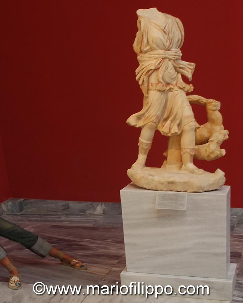 Atene-Museo nazionale di archeologia-due gambe in piu' ....