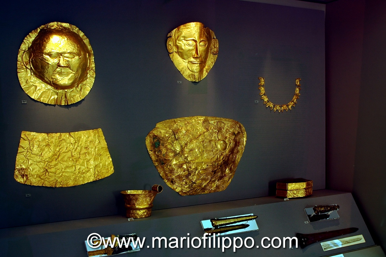 Atene-Museo nazionale di archeologia-Maschera di Agamennone ,in alto al centro