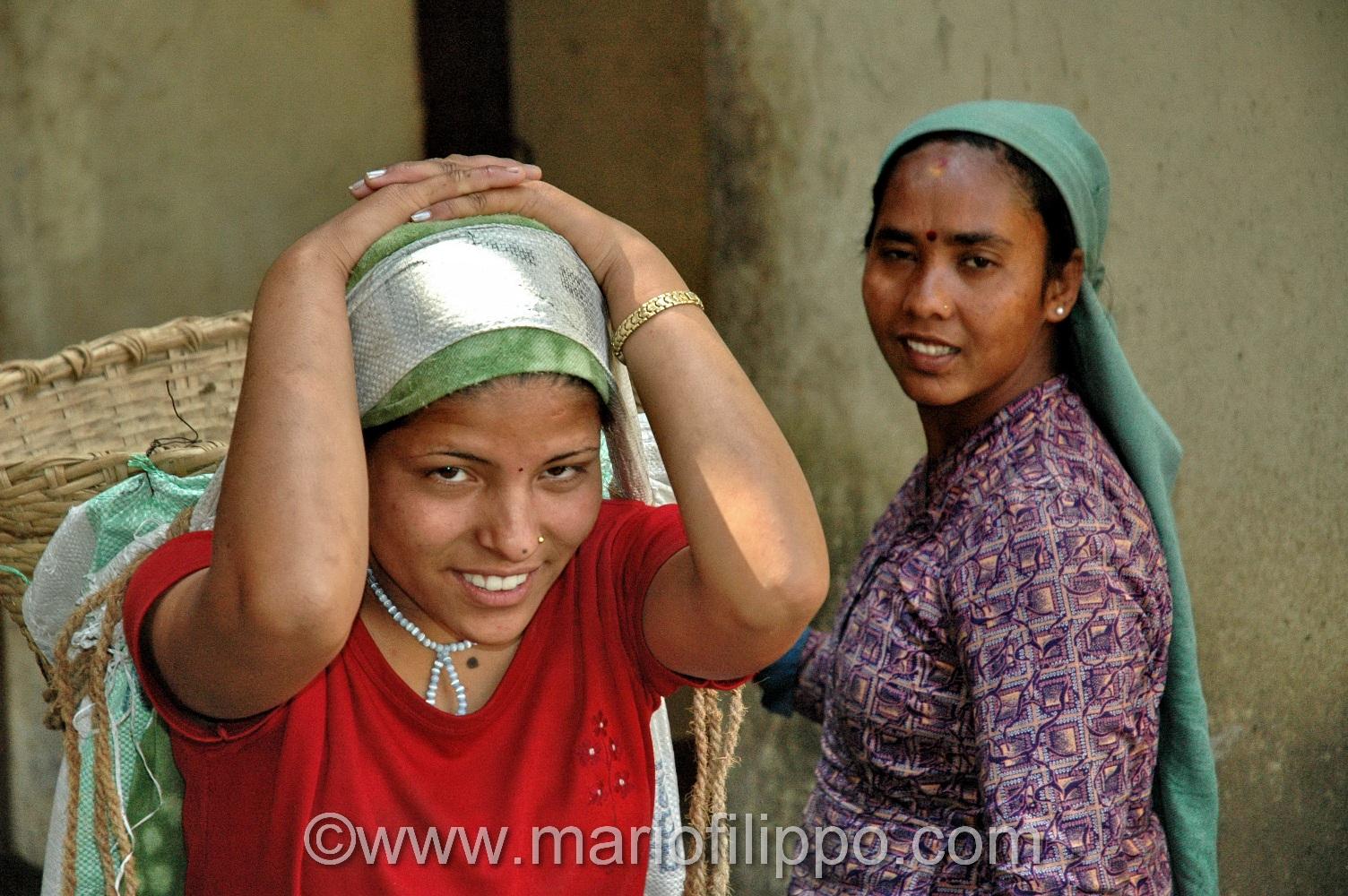 DONNA CON CESTA PER CARICO MATERIALI (NEPAL)